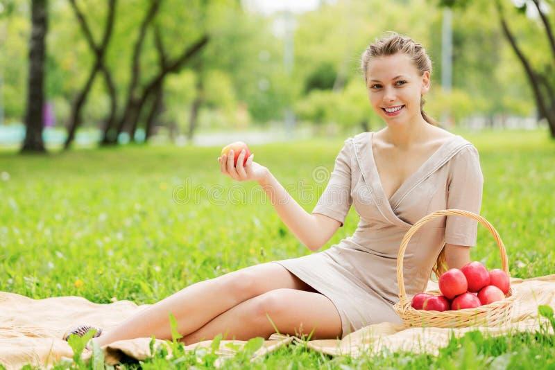 Flicka med äpplet royaltyfria bilder