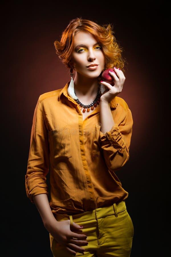 Flicka med äpplet royaltyfri bild
