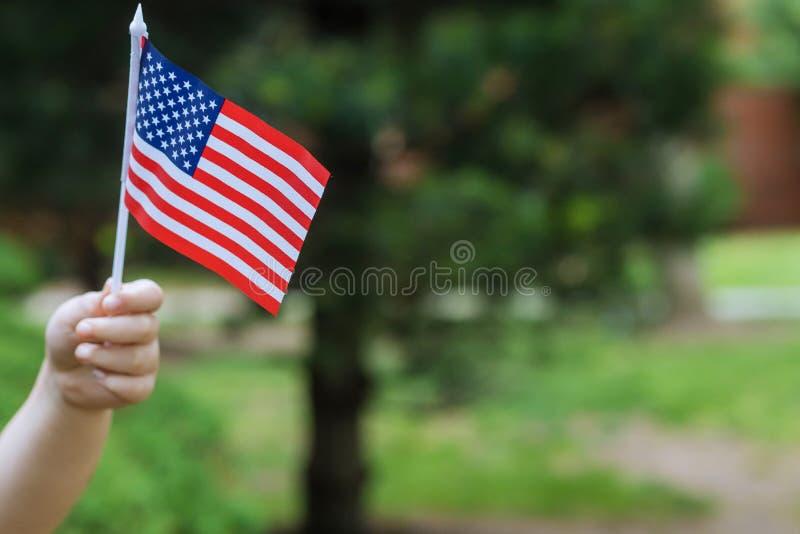 Flicka med amerikanska flaggansjälvständighetsdagen, flaggmärkesdagbegrepp arkivfoton