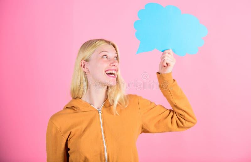 Flicka med anförandebubblan Tankar av den inspirerade förtjusande kvinnan Idé och inspiration Vad är på hennes mening ny idé royaltyfria bilder