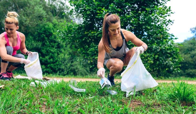 Flicka med avskrädepåsen som gör plogging arkivfoton