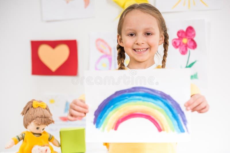 Flicka med bilden av regnbågen royaltyfria foton