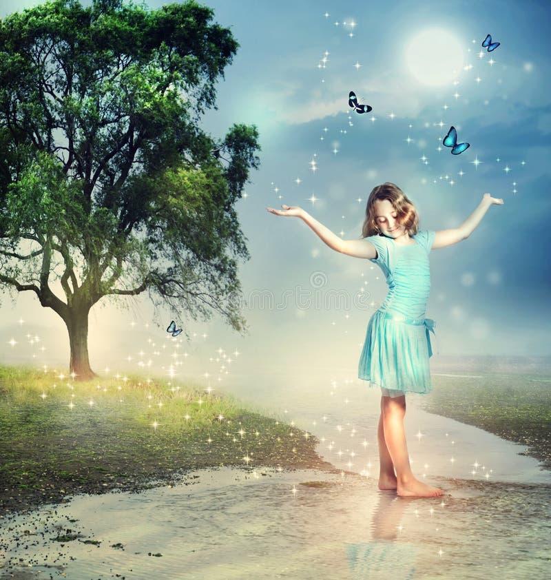 Flicka med blåttfjärilar på en Magical bäck royaltyfri bild