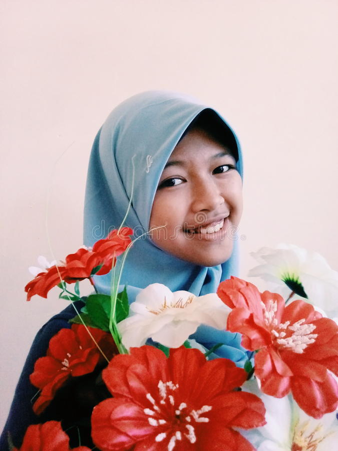 Flicka med blomman arkivfoto