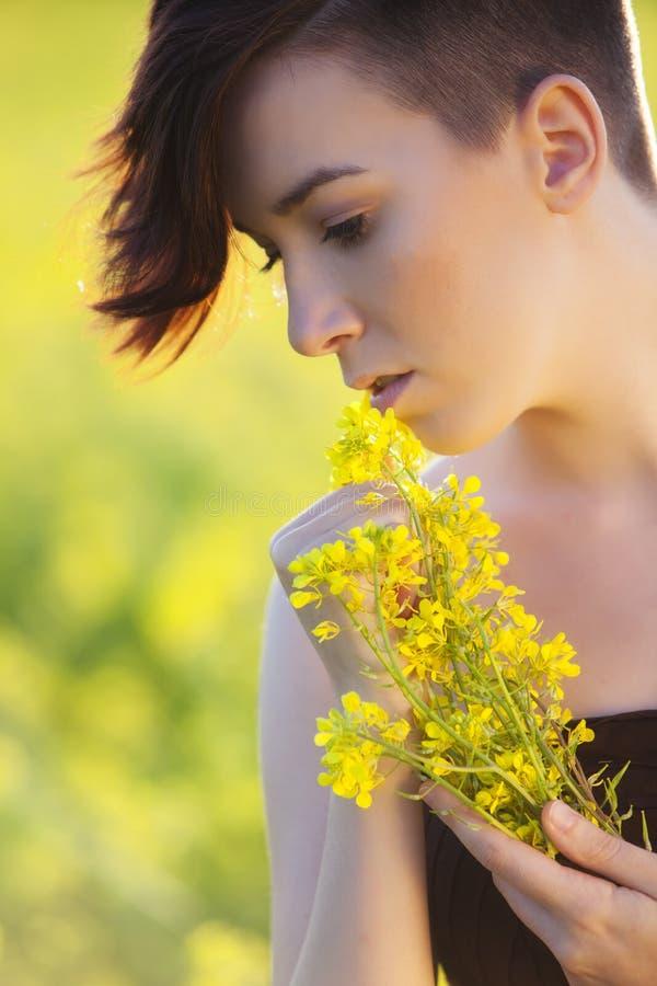 Flicka med blommor. royaltyfri bild