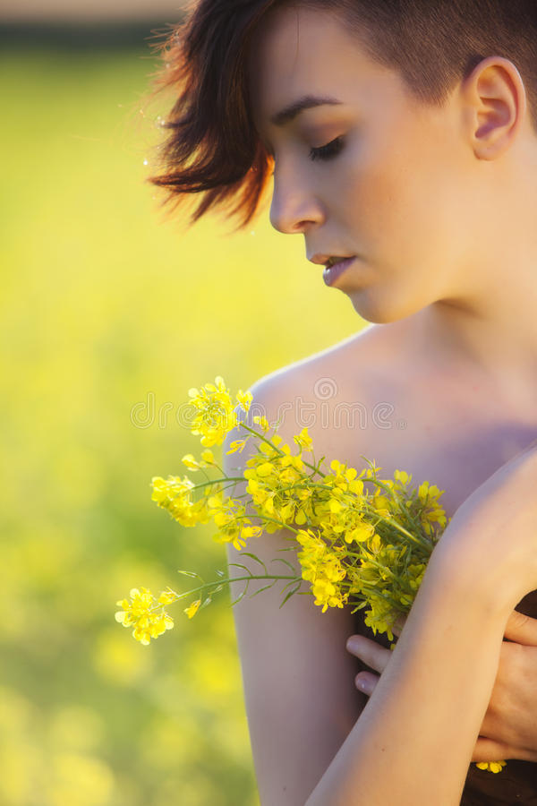 Flicka med blommor. arkivfoto