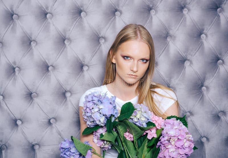 Flicka med blont h?r, hortensia f?r makeupframsidah?ll royaltyfri foto