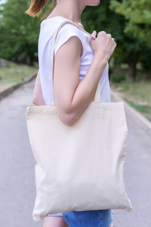 Flicka med bomullspåsen över hennes skuldra arkivbild