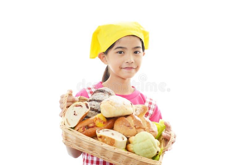 Flicka med bröd arkivfoton