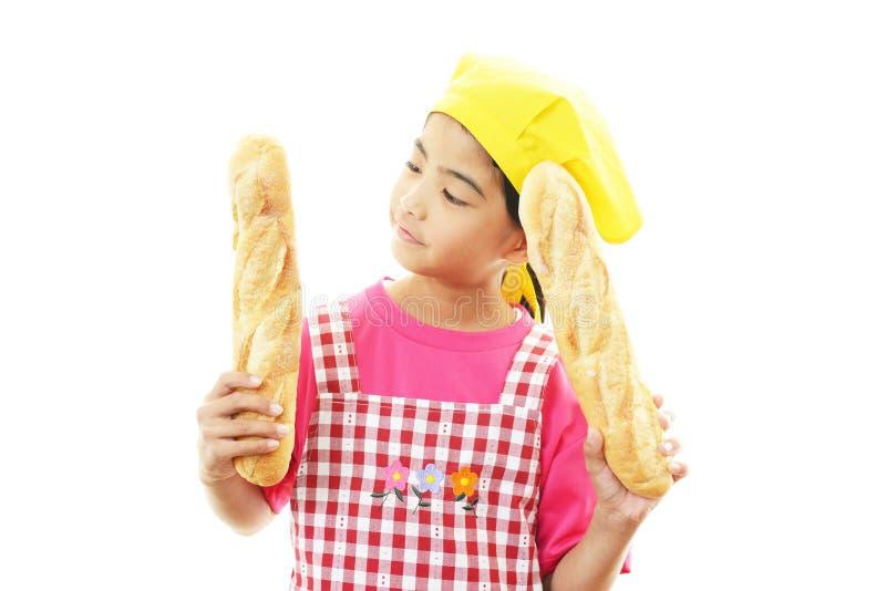 Flicka med bröd royaltyfria bilder
