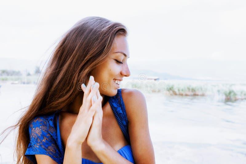 Flicka med brunetthårståenden arkivbild