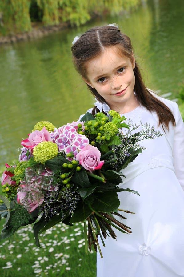 Flicka med buketten av blommor royaltyfria bilder