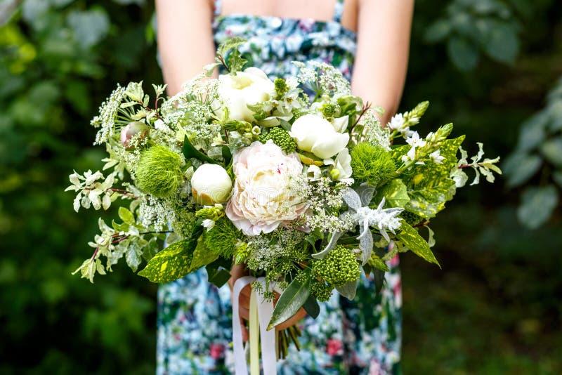 Flicka med buketten av blommor på sommar royaltyfria bilder