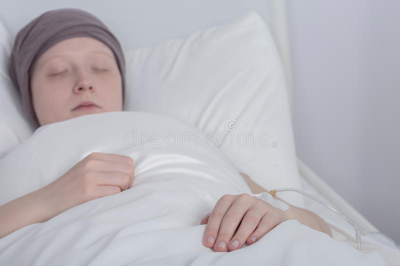 Flicka med cancer under terapi arkivfoto