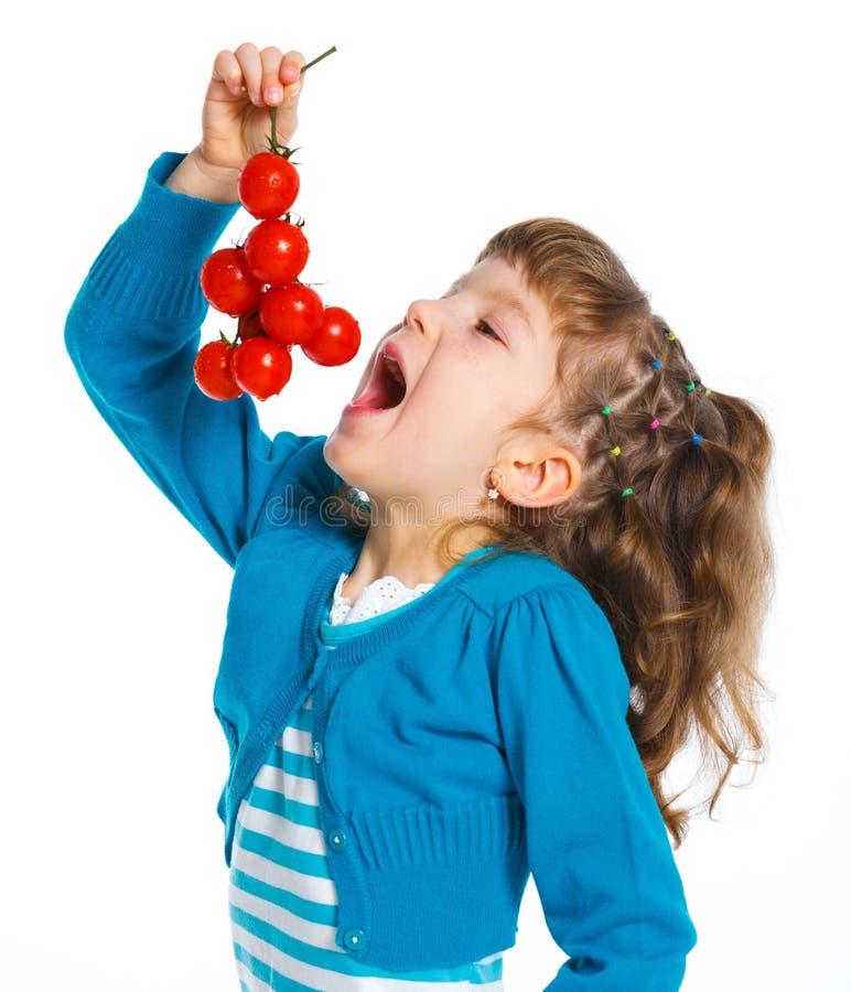 Flicka med Cherrytomater arkivfoto