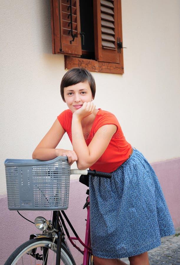 Flicka med cykeln royaltyfri bild