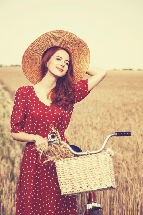 Flicka med cykeln på fält royaltyfri fotografi