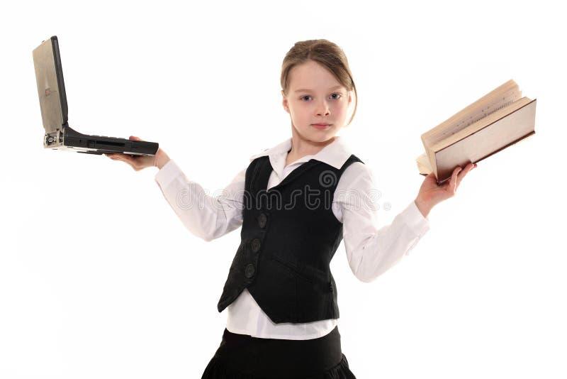 Flicka med datoren och boken på vit bakgrund arkivbilder