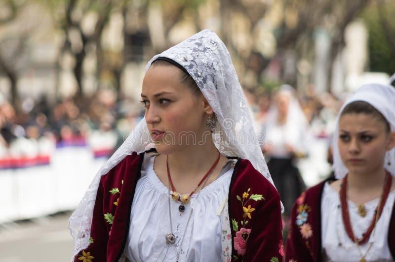 Flicka med de Sardinian typiska dräkterna arkivbild