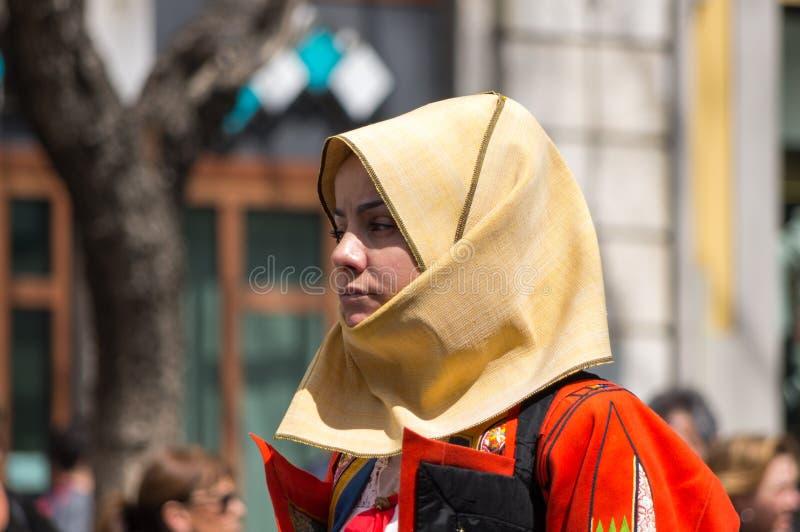 Flicka med de Sardinian typiska dräkterna fotografering för bildbyråer