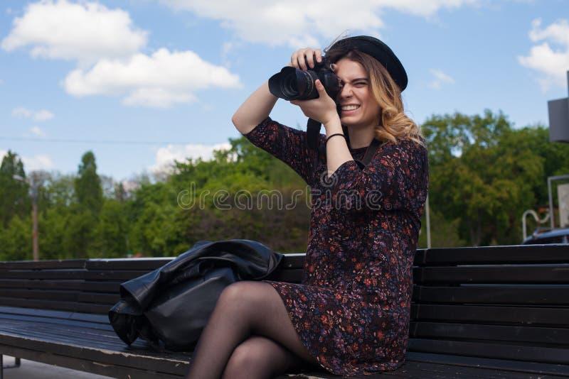 Flicka med den digitala kameran arkivbilder