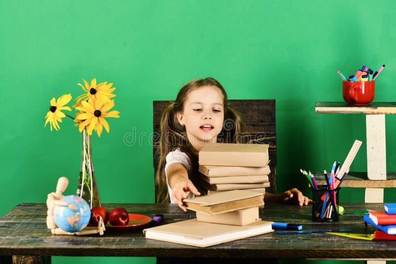 Flicka med den entusiastiska framsidatagandeboken tillbaka skola till arkivbilder