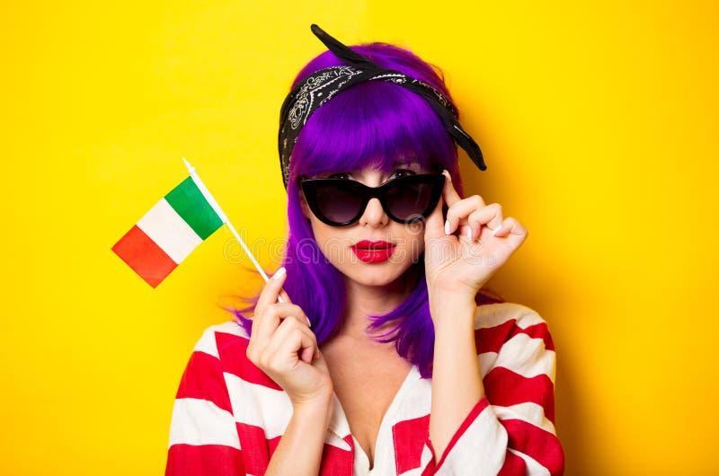 Flicka med den hållande italienska flaggan för purpurfärgat hår arkivfoto