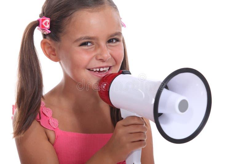 Flicka med den höga högtalaren royaltyfri foto