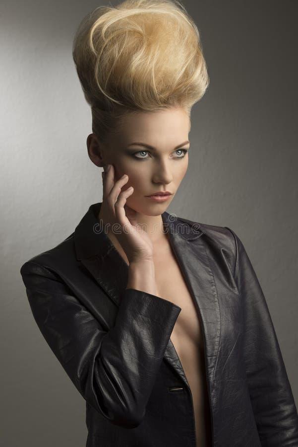 Flicka med den kalla modefrisyren royaltyfri bild