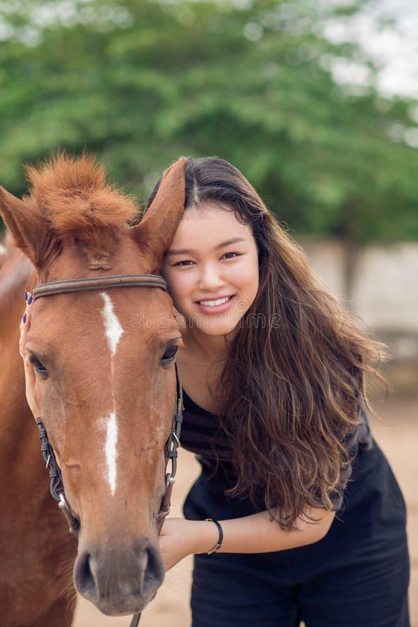 Flicka med den kastanjebruna ponnyn arkivbild
