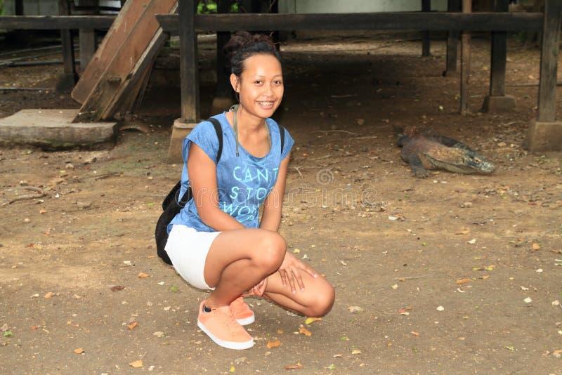 Flicka med den Komodo draken arkivfoto
