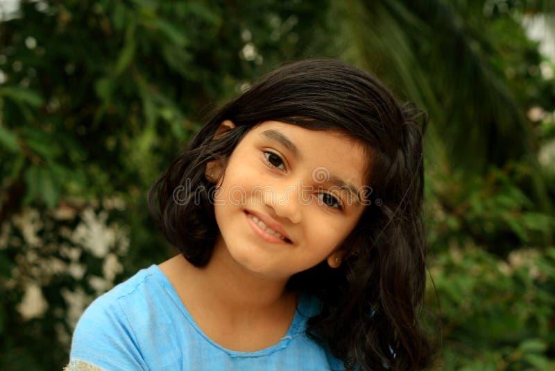 Flicka med den ljusa framsidan fotografering för bildbyråer