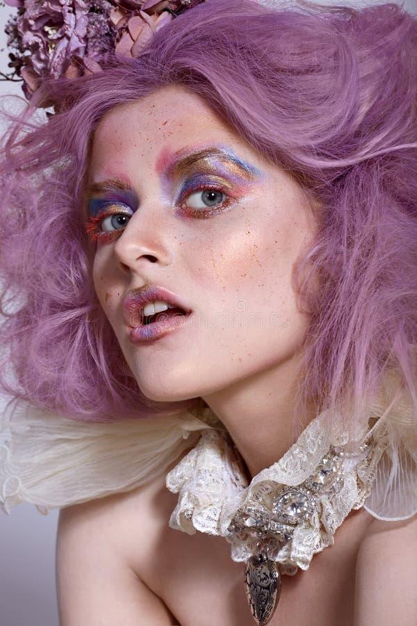 Flicka med den ljusa makeup- och tättsittande halsbandhalsbandet Purpurfärgat hår royaltyfria bilder