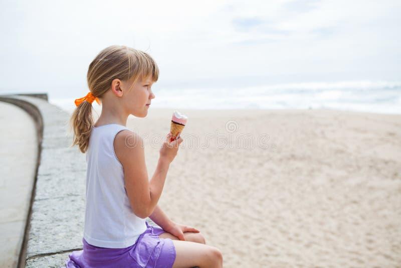 Flicka med den near stranden för glass royaltyfria bilder