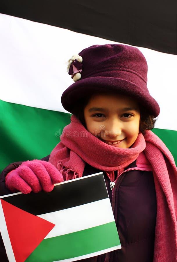 Flicka med den palestinska flaggan royaltyfri foto