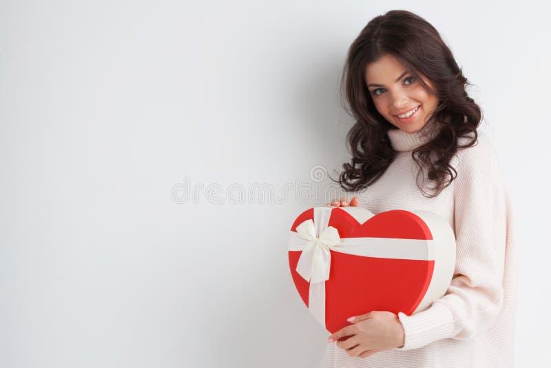 Flicka med den röda hjärta-formade asken royaltyfri foto