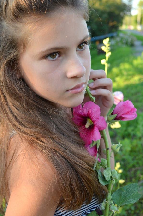 Flicka med den rosa malvan arkivfoto