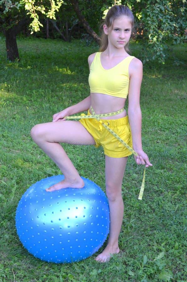 Flicka med den stora bollen för kondition arkivbild