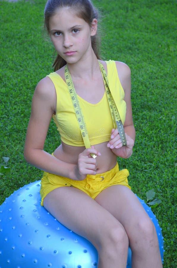 Flicka med den stora bollen för kondition royaltyfria foton