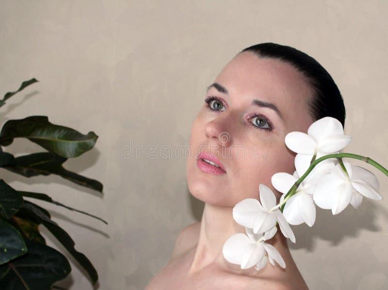 Flicka med den vita orchiden royaltyfri fotografi