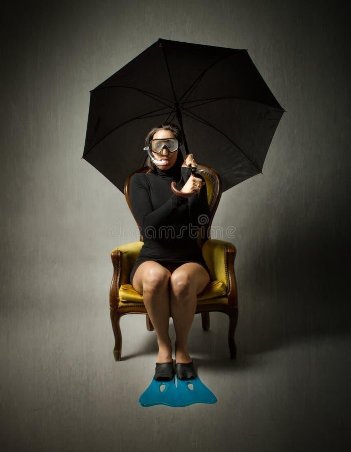 Flicka med det dykningutrustning och paraplyet royaltyfri bild