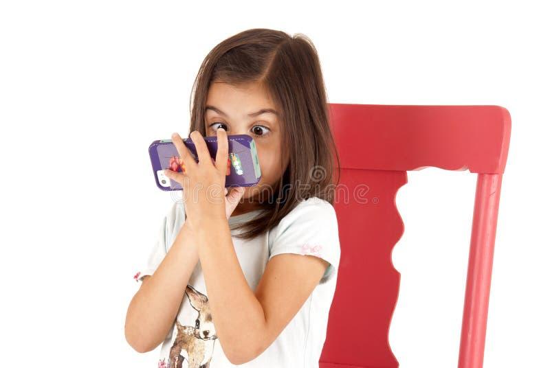 Flicka med det sned boll synade uttryckt som spelar leken på pho arkivfoton
