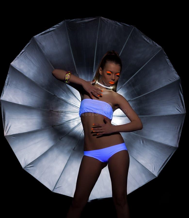 Flicka med det ultravioletta smink- och silverparaplyet royaltyfria bilder