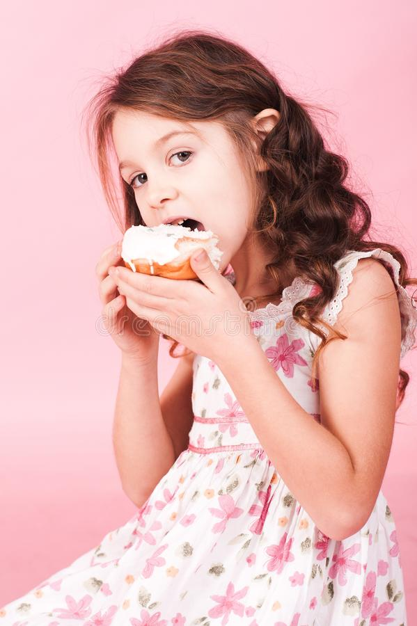 Flicka med donuts royaltyfri bild