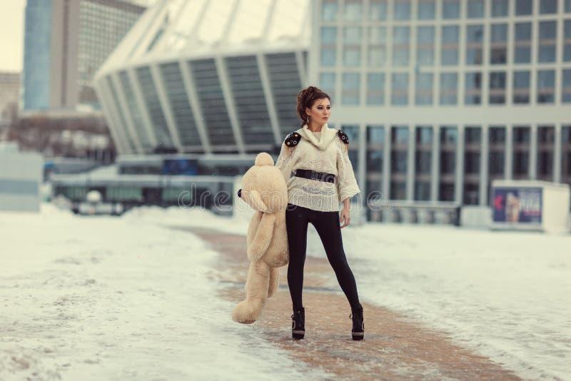 Flicka med en björn royaltyfri fotografi