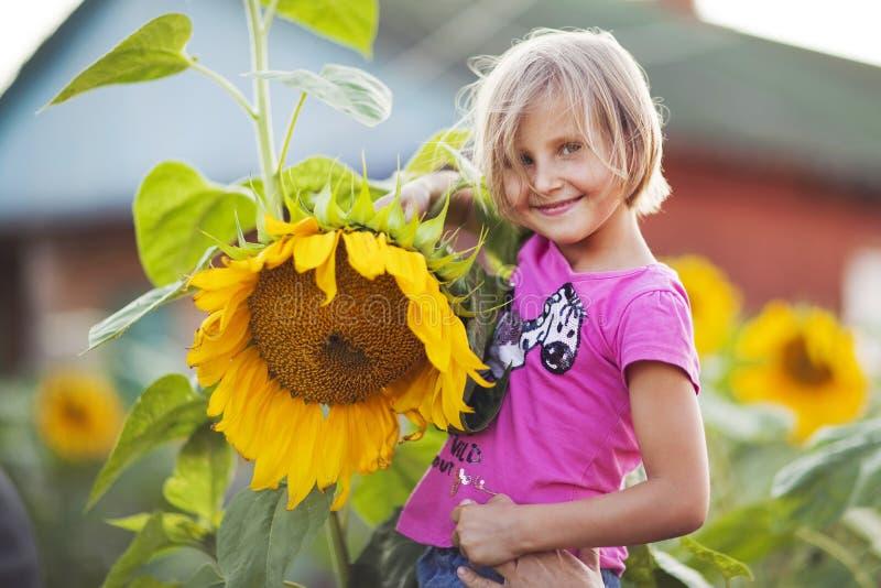flicka med en blomma arkivbild