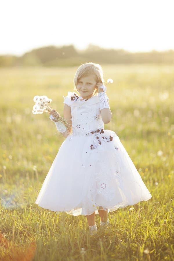 flicka med en blomma royaltyfri foto