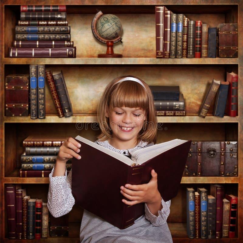 Flicka med en boka royaltyfri fotografi