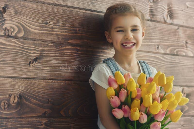 Flicka med en bukett av tulpan royaltyfri fotografi