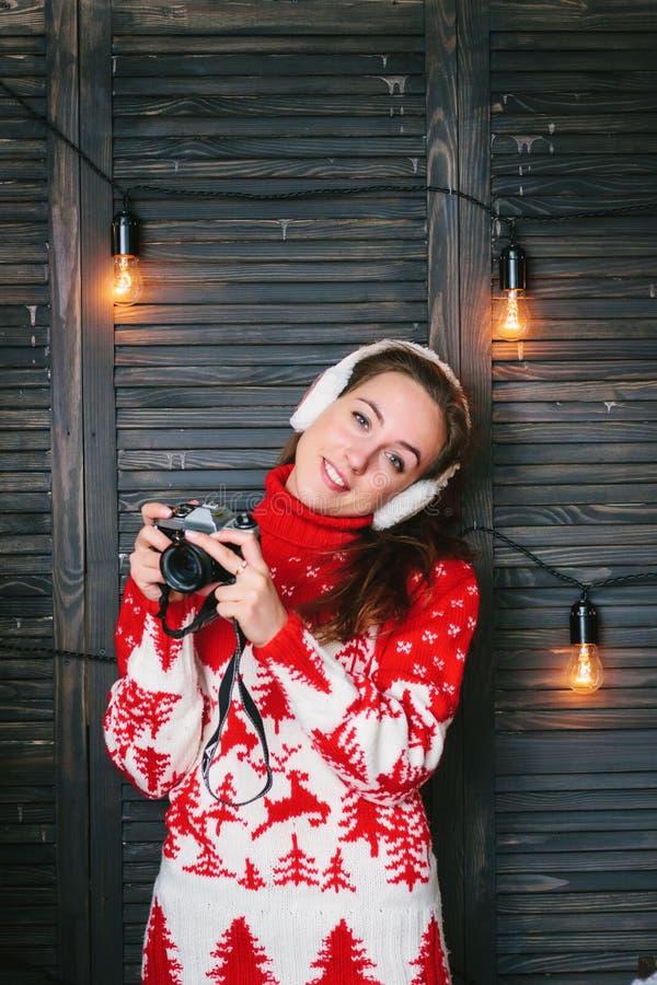 Flicka med en cameara i händer under beröm för nytt år royaltyfria foton